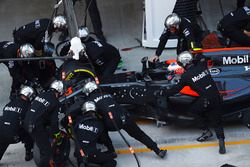 Jenson Button, McLaren MP4-31 makes a pit stop