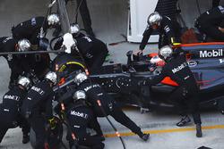 Jenson Button, McLaren MP4-31 s'arrête aux stands