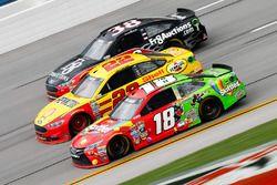 Kyle Busch, Joe Gibbs Racing Toyota, und Joey Logano, Team Penske Ford