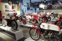 Yamaha moto en exhibición en Yamaha Superbike Temple