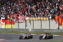Esteban Gutierrez, Haas F1 Team VF-16 et Pascal Wehrlein, Manor Racing MRT05
