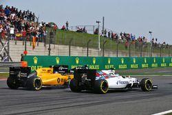 Valtteri Bottas, Williams FW38, Jolyon Palmer, Renault Sport F1 Team RS16 et Sergio Perez, Sahara Force India F1 VJM09 en lutte pour une position