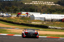 #9 Melbourne Performance Centre Audi R8 LMS Ultra: Marc Cini, Mark Eddy, Christer Joens in trouble