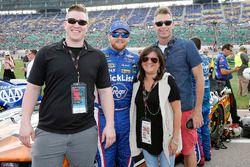Chris Buescher, JTG Daugherty Racing, Chevrolet Camaro Breyers 2 in 1, con degli ospiti