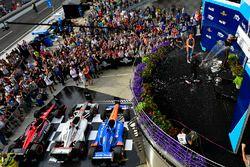 Scott Dixon, Chip Ganassi Racing Honda,Robert Wickens, Schmidt Peterson Motorsports Honda, Will Power, Team Penske Chevrolet vieren feest