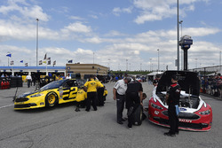 Brad Keselowski, Team Penske, Ford Fusion Alliance Truck Parts y Ryan Blaney, Team Penske, Ford Fusion REV Group