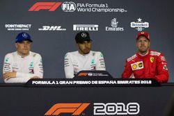 Valtteri Bottas, Mercedes-AMG F1, Lewis Hamilton, Mercedes-AMG F1 y Sebastian Vettel, Ferrari en la conferencia de prensa