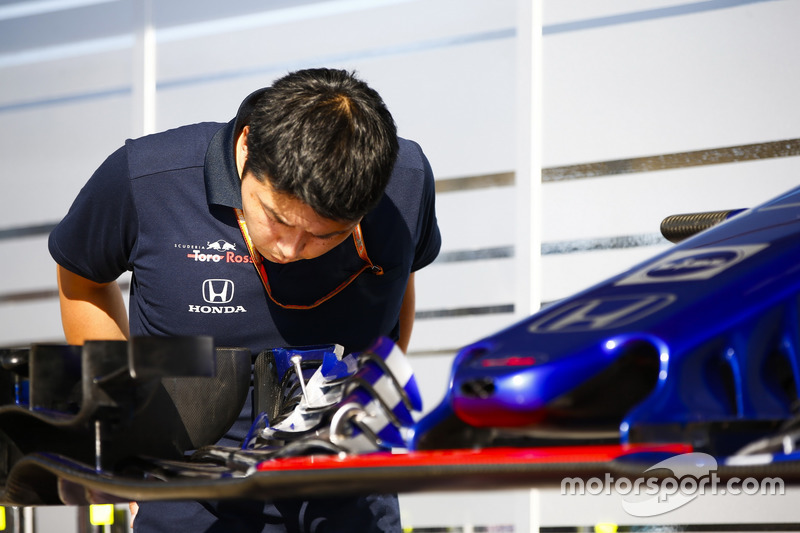 Un membre de Toro Rosso Honda inspecte un aileron avant