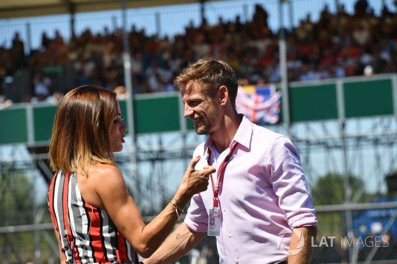 Jenson Button, parla con Natalie Pinkham, Sky TV, durante la Drivers parade