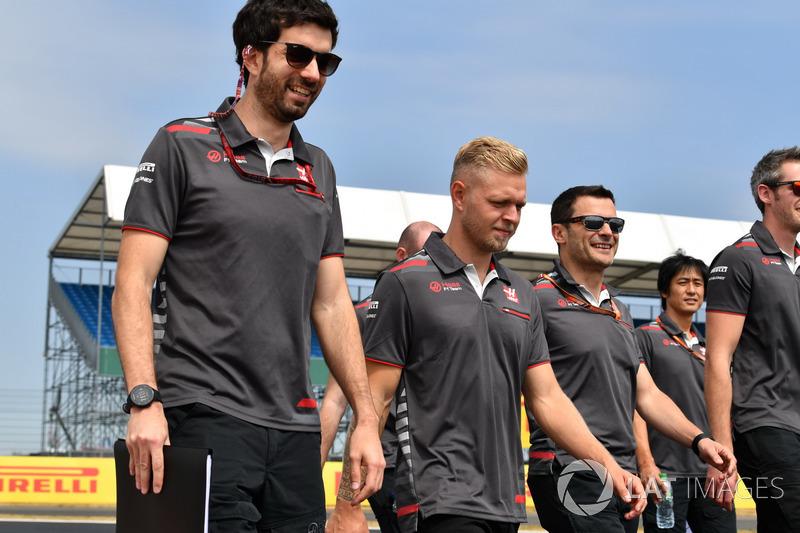 Kevin Magnussen, Haas F1 Team parcourt la piste à pied