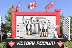 #67 Chip Ganassi Racing Ford GT, GTLM: Ryan Briscoe, Richard Westbrook celebra la victoria en el podio con #3 Corvette Racing Chevrolet Corvette C7.R, GTLM: Antonio Garcia, Jan Magnussen, #4 Corvette Racing Chevrolet Corvette C7.R, GTLM: Oliver Gavin, Tommy Milner, Bib, Bibendum