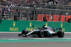 Lewis Hamilton, Mercedes-AMG F1 W09 con la bandera a cuadros