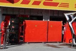 Des écrans dans le garage Ferrari