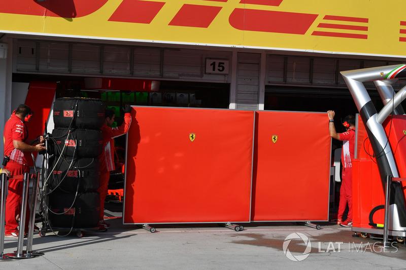 Paneles en el box de Ferrari