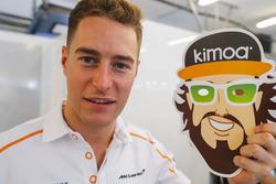 Stoffel Vandoorne, McLaren MCL33 celebra el cumpleaños de Fernando Alonso