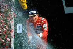 Podio: el ganador Ayrton Senna, McLaren