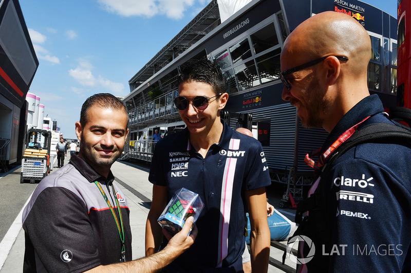Esteban Ocon, Force India F1 con Tom Castermans, Coordinatore Bell Helmets F1 e un cubo di Rubik