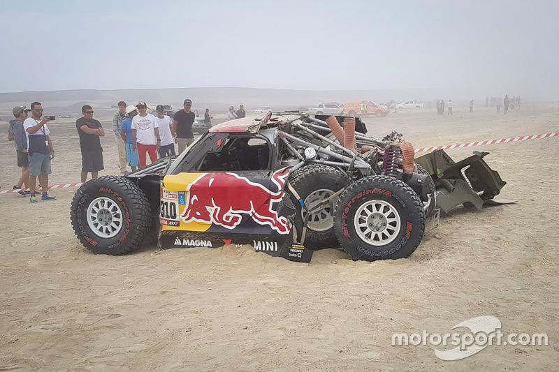 #310 X-Raid Team Mini: Bryce Menzies, Peter Mortensen, crashed car