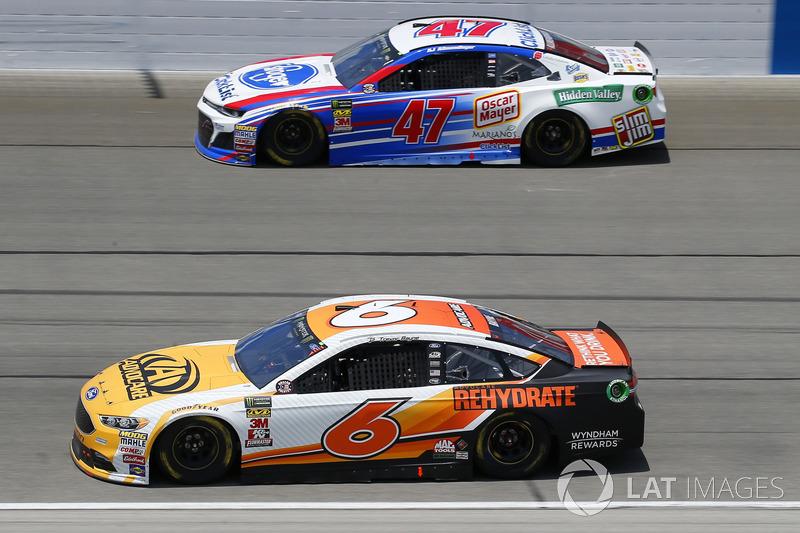 Trevor Bayne, Roush Fenway Racing, Ford Fusion AdvoCare Rehydrate e A.J. Allmendinger, JTG Daugherty Racing, Chevrolet Camaro Kroger ClickList