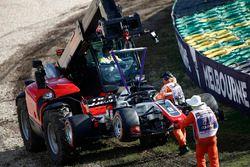 Marshals verwijderen Romain Grosjean, Haas F1 Team VF-18 Ferrari