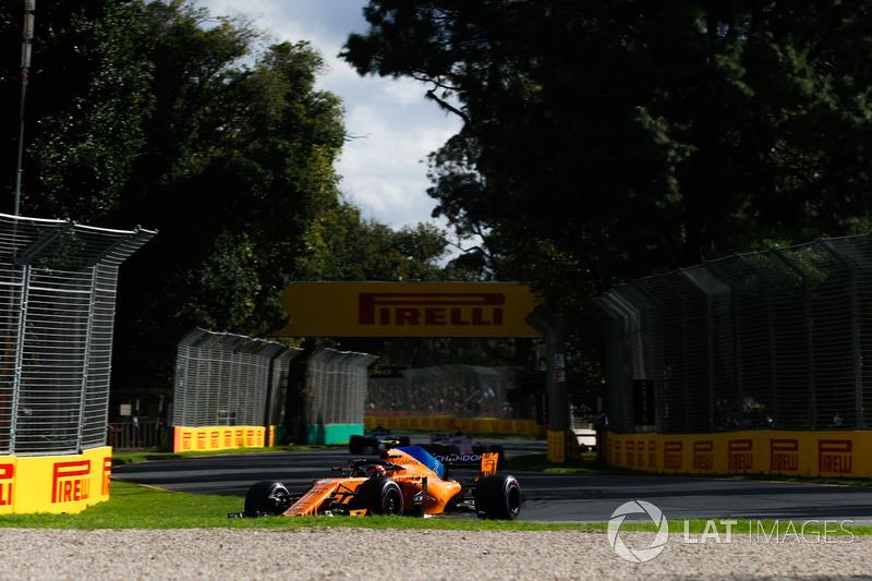 Stoffel Vandoorne, McLaren MCL33 Renault, Sergio Perez, Force India VJM11 Mercedes, y Valtteri Bottas, Mercedes AMG F1 W09