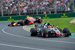 Kevin Magnussen, Haas F1 Team VF-18 terwijl Max Verstappen, Red Bull Racing RB14 spint