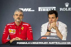 Maurizio Arrivabene, teambaas Ferrari en Toto Wolff, Mercedes AMG F1 Directeur in de persconferentie