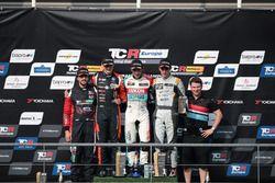 Podio: il vincitore della gara Jean-Karl Vernay, Leopard Lukoil Team Audi RS3 LMS TCR, il secondo classificato Maxime Potty, Comtoyou Racing Volkswagen Golf GTI TCR, il terzo classificato Mikel Azcona, PCR Sport Cupra TCR