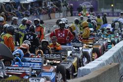 Rijders en teams wachten op de uitgestelde start