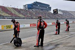 Cole Custer, Stewart-Haas Racing, Ford Mustang Code 3 Associates crew