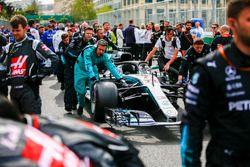 Les mécaniciens sur la grille avec la voiture de Lewis Hamilton, Mercedes AMG F1 W09