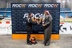 Mansour Chebli, recibe un trofeo del Príncipe Khaled Al Faisal, presidente de la Federación de Motor