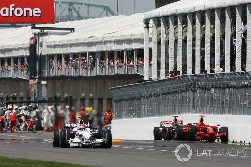 Robert Kubica, BMW Sauber F1.08 supera Lewis Hamilton, McLaren Mercedes MP4/23 e Kimi Raikkonen, Ferrari F2008