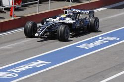Nico Rosberg, Williams FW30, comes in to replace a front wing