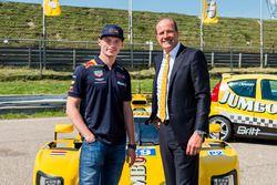 Max Verstappen en Frits van Eerd, algemeen directeur Jumbo Supermarkten, maken het programma van de Jumbo Racedagen bekend