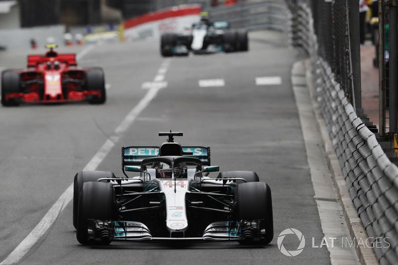 Lewis Hamilton, Mercedes AMG F1 W09, Kimi Raikkonen, Ferrari SF71H and Valtteri Bottas, Mercedes AMG F1 W09