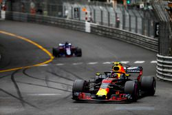 Max Verstappen, Red Bull Racing RB14, devant Brendon Hartley, Toro Rosso STR13