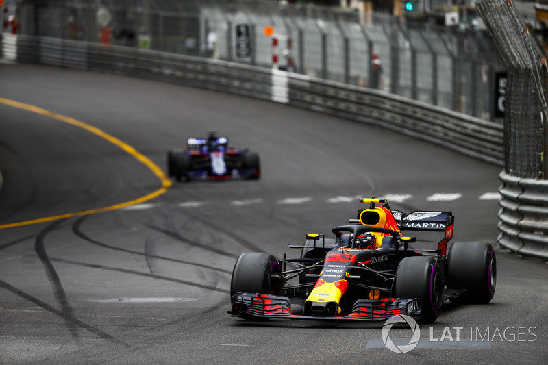 Max Verstappen, Red Bull Racing RB14, precede Brendon Hartley, Toro Rosso STR13