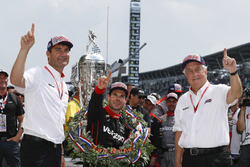 1. Will Power, Team Penske Chevrolet, mit Roger Penske und Tim Cindric