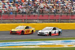 Joey Logano, Team Penske, Ford Fusion Shell Pennzoil and Kevin Harvick, Stewart-Haas Racing, Ford Fusion Mobil 1 / Busch Beer