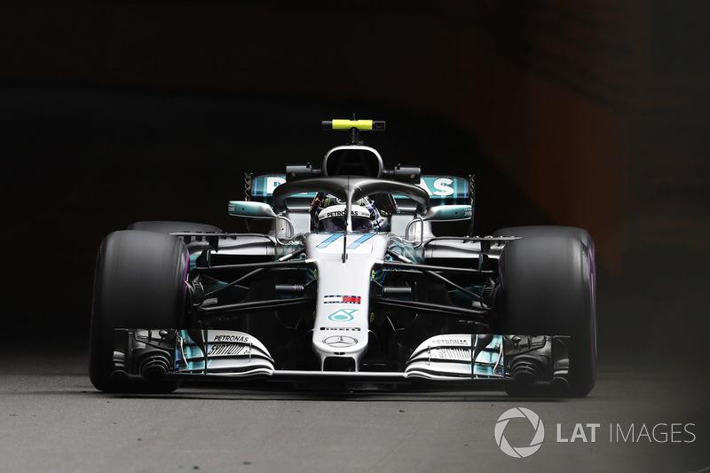 Valtteri Bottas, Mercedes AMG F1 W09, porte un casque hommage à Mika Hakkinen