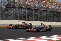 Льюис Хэмилтон, McLaren MP4-22 и Фернандо Алонсо, McLaren MP4-22