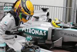 Lewis Hamilton et Nico Rosberg, Mercedes W04 arrivent en parc fermé