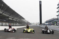 La prima fila di Will Power, Team Penske Chevrolet, Simon Pagenaud, Team Penske Chevrolet ed Ed Carpenter, Ed Carpenter Racing Chevrolet
