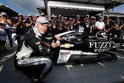 Verizon P1 Pole Award winner Ed Carpenter, Ed Carpenter Racing Chevrolet places the P1 award sticker on his car