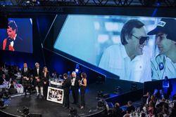 Nelson Piquet, Gregor Grant Ödülünü Gordon Murray'den alıyor ve Herbie Blash ve Julia Piquet