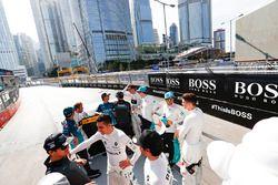 Desfile de pilotos con publicidad de Hugo Boss