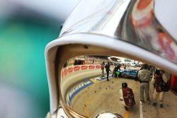 Автомобиль Ginetta G60-LT-P1 (№5) команды CEFC TRSM Racing в отражении визора механика