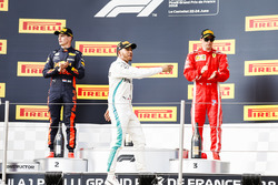 Max Verstappen, Red Bull Racing, 2° classificato, Lewis Hamilton, Mercedes AMG F1, 1° classificato, Kimi Raikkonen, Ferrari, 3° classificato, festeggiano sul podio