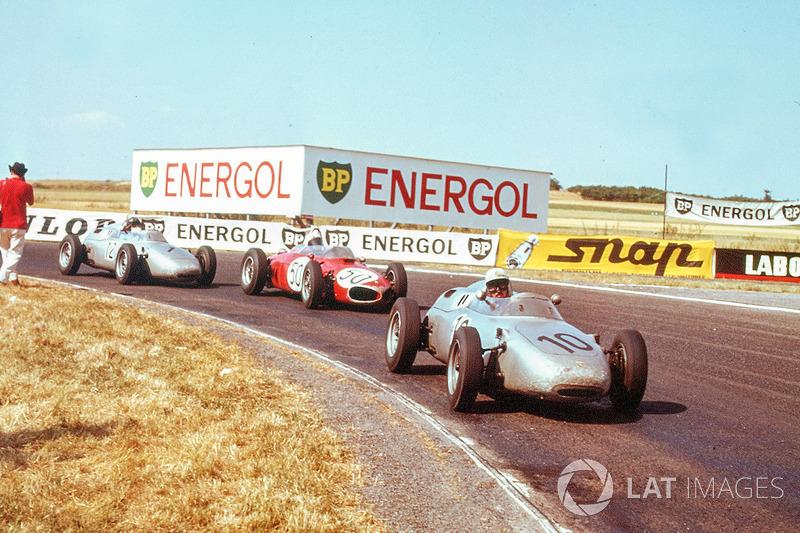 Оказалось, что в гоночных условиях очень неплохо едет Porsche, и пилоты команды Йо Бонье (№10) и Дэн Герни (№12) вели спор с Багетти за второе место